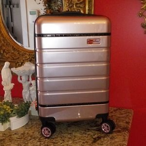 1118 Samantha Brown Hardside Spinner Luggage